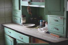 alter Küchenschrank Mint  Quelle: http://ohnemusik.com/2013/03/61365-das-alte-haus/