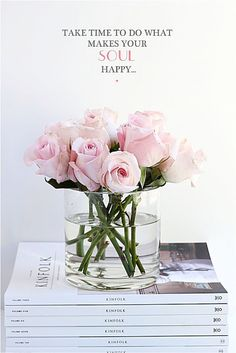 I think this flower plus vase is simple and beautiful! Don't you think? Deco Rose, Monday Inspiration, Your Soul, Floral Arrangements, Flower Arrangement, Beautiful Flowers, Fresh Flowers, Beautiful Images, Just For You