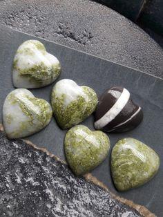 Grüner Epidot aus der Region Völkermarkt und Fluss-Stein aus der Drau River
