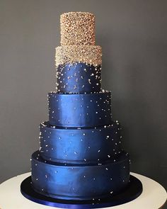 The Chic Technique: Silver and navy blue wedding cake. The Chic Technique: Silver and navy blue wedding cake. Amazing Wedding Cakes, Amazing Cakes, Pretty Cakes, Beautiful Cakes, Navy Blue Wedding Cakes, Navy Blue And Gold Wedding, Blue Weddings, Indian Weddings, Quince Cakes