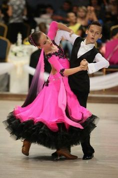 Black and pink are eye-catching colors for this young Standard dancer. The ombre´ painted (or dyed) georgette floats are a nice detail. Latin Ballroom Dresses, Ballroom Dancing, Toddler Dancewear, Junior Dresses, Dresses Uk, Just Dance, Dance Outfits, Dance Costumes, Dance Wear