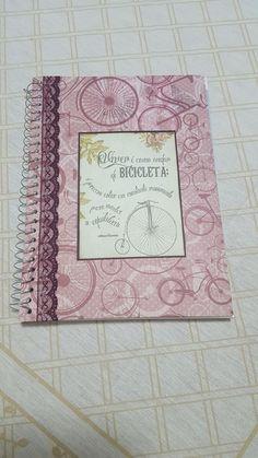 Caderno personalizado    O cliente poderá fornecer um nome para decorar a capa do caderno    Decorado com papel de scrap e renda    Tamanho 27,5 x 20cm    Caderno universitário de 08 matérias/160 folhas pautadas