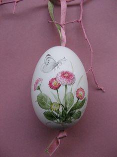 Dieses Gänseei ist mit Bellis (Tausendschönchen) und einem Schmetterling (Kohlweißling) bemalt. Das Ei ist ca. 10cm groß und von beiden Seiten bemalt und anschließend lackiert. Zum Aufhängen...