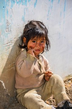 Little Girl from Ancash, Peru # Neither extreme poverty takes away the beauty of an angel like that. Kids Around The World, We Are The World, People Around The World, Precious Children, Beautiful Children, Beautiful Babies, Little People, Little Girls, Cute Kids
