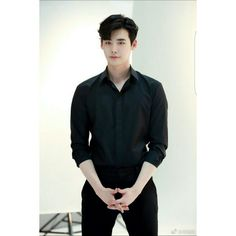 Actor Lee Jong-suk posted a picture on Weibo with the words, 'How are you? Lee Jong-suk is at work in the picture. He's wearing a black shirt and slacks. Lee Joon, Lee Jong Suk Cute, Lee Jung Suk, Lee Jong Suk Model, Asian Actors, Korean Actors, Lee Jong Suk Wallpaper, Taehyung, Park Bogum