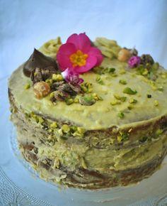 Con questa torta, che è una vera bomba di bontà, ho voluto rendere omaggio al mio frutto secco preferito ovvero il pistacchio. ...