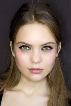 Simple, chic makeup look. #liner, #blush, #lips. This is really cute and a great go-to look.