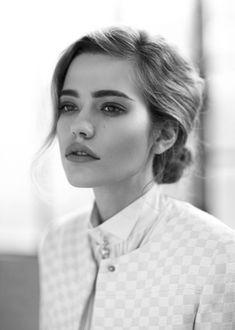 Un joli chignon nuque, pour un look Chanel vintage