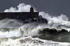Credits: EPA/Javier Etxezarreta23 gennaio 2013. Onde enormi si infrangono contro una struttura frangiflutti a Zumaia, nel nord della Spagna,...