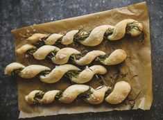 Brot gehört für mich zu einem gelungenen Tag einfach dazu. Egal, ob zum Frühstück, als Sandwich oder köstliche Beilage zum Dinner. Diese würzigen Rosmarin-Grissini sind schon fast ein kleines Kunstwerk. Und sie schmecken einfach wunderbar.