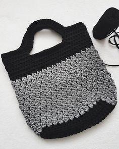 Szary dzień - szara tasia.  #crochet #day #handmade #bag #XXL #xxlcrochet #KotToOn #tyarn #tshirtyarn #trapillo #fiodemalha #fabricyarn #cotton #fashion #hobby #fun #relax #love #crocheting #instacrochet #crocheter #crochetgirl #instadaily #picoftheday #bestoftheday