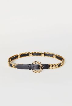 746be1cf99af6 MOSCHINO [TV] H&M. Belt in leather with a gold-plated metal chain. Round,  chain-shaped metal buckle with letters.