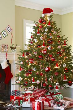 30 Decorated Christmas Tree Ideas - Pictures of Christmas Tree Inspiration christmastree 856950635329543448 Types Of Christmas Trees, Christmas Tree Pictures, Elegant Christmas Trees, Tabletop Christmas Tree, Traditional Christmas Tree, Christmas Tree Inspiration, Gold Christmas Decorations, Christmas Tree Themes, Rustic Christmas