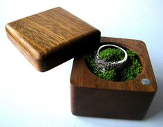 Ring box can be used for engagement and wedding, made of a single piece of wood, the cover is made of glued wood of different breeds and mounted on