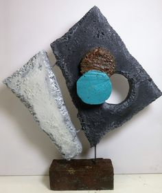 KeraCoat voorbeeld, een werkstuk uitgesneden van piepschuim dit alles bewerkt met KeraCoat. Daarna bij de KeraCoat steengoed gemengd op accenten aan te brengen. Het geheel een kleur gegeven met een brush techniek acryl. Sculpture Projects, Sculpture Clay, Abstract Sculpture, Glass Wall Art, Fused Glass Art, Metal Art, Wood Art, African Tribal Patterns, Keramik Design