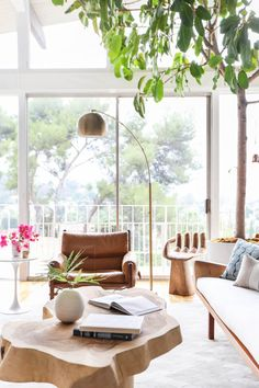 Mid-Century Architecture To Get You Inspired To Do A Home Makeover Small Living Rooms, Living Room Decor, Bedroom Decor, Interior Design Minimalist, Contemporary Home Decor, Full House, Mid Century House, Living Room Inspiration, Entryway Decor