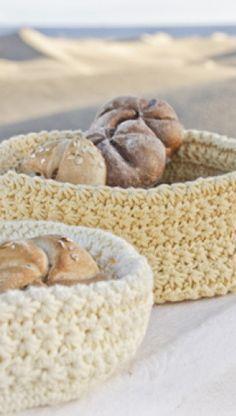 Gratis hækleopskrifter | Hæklet kurv | Hæklede kurve i smukke farver | Skøn hækling til boligen | Håndarbejde | Hæklet i 100% bomuld | Hyggeligt hækleprojekt til dig | Håndarbejde Crochet Decoration, Needlework, Knit Crochet, Free Pattern, Crochet Patterns, Basket, Knitting, Creative, Bomuld