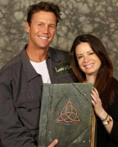 Leo Wyatt (Brian Krause) Piper Halliwell (Holly Marie Combs) and the Book of Shadows. Serie Charmed, Charmed Tv Show, Holly Marie Combs, Rose Mcgowan, Alyssa Milano, Kaley Cuoco, Pretty Little Liars, Mtv, Leo Wyatt