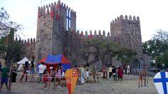 Guimaraes. Castelo, con las antiguas banderas portuguesas