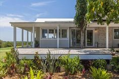 The Grove Byron Bay Featuring free WiFi and a terrace, The Grove is a holiday home, set in Coopers Shoot. It provides free private parking. The kitchen features a dishwasher and there is a private bathroom. A flat-screen TV is offered.