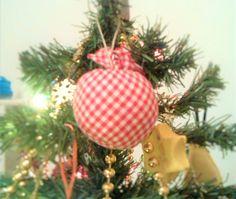 L'albero di natale di casa, è sempre pieno di oggetti fatti a mano..... Quasta pallina è stata fatta riciclando quei cerchietti di stoffa che si trovano sul coperchio delle conserve artigianali... cucita insieme e riempita con le palline di polistirolo.