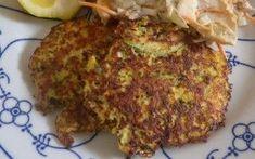2 hele (biologische) courgettes, gewassen en geraspt 1 el Keltisch zeezout 4 eieren, los geklopt 1 klein uitje, gesnipperd 120 gram kokosrasp of broodkruim Zeezout en cayennepeper 60 gram geraspte kaas (kies voor kaas met een sterke smaak als Pecorino of Parmezaanse kaas) 4 el boter 4 el olijfolieCourgette Pannenkoekjes - Graanvrij - Eet Goed Voel Je Goed