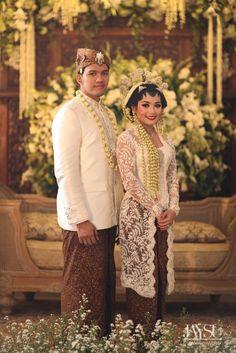 Seperti apa serunya pesta pernikahan yang menggunakan 5 adat? Yuk kita cari tahu! Wedding Couple Poses, Couple Posing, Wedding Couples, Javanese Wedding, Indonesian Wedding, Foto Wedding, Dream Wedding, Traditional Wedding, Traditional Dresses