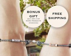 Bracelets de couple personnalisés ensemble de bracelet de | Etsy Engraved Bracelet, Initial Bracelet, Bracelet Set, Healing Bracelets, Bracelets For Men, Cuff Bracelets, Bracelet Couple, Couple Jewelry, Girlfriend Anniversary Gifts