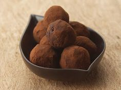 gluten-free, dairy-free, and refined sugar free peanut butter balls that are not only delicious, but are super easy to mak. Sugar Free Peanut Butter, Coconut Peanut Butter, Peanut Butter Balls, Chocolate Peanut Butter, Delicious Desserts, Dessert Recipes, Healthy Chocolate, Dairy Free Recipes, Healthy Eating