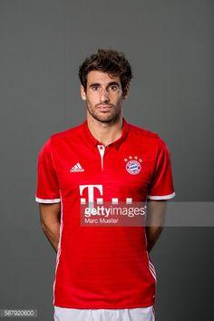 News Photo : Javi Martinez of FC Bayern Munich pose during the...