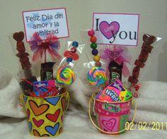 Tinas con variedad de golosinas y chocolates