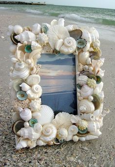 Crafts from shells. Ideas and workshops. DIY crafts from shells: where and how to apply shells brought from the sea DIY Christmas tree toys from shells Seashell Frame, Seashell Art, Seashell Crafts, Beach Crafts, Diy Crafts, Beach Frame, Seashell Projects, Driftwood Projects, Driftwood Art