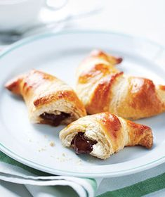 Easy Chocolate Croissants or use Nutella, oh yummy! Just Desserts, Delicious Desserts, Yummy Food, Think Food, Love Food, Real Simple Recipes, Amazing Recipes, Mini Croissant, Breakfast Recipes
