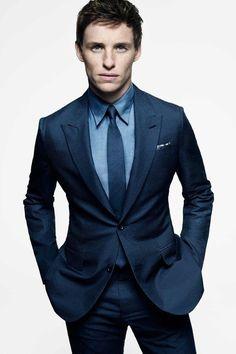 Den Look kaufen: https://lookastic.de/herrenmode/wie-kombinieren/anzug-dunkelblauer-businesshemd-blaues-krawatte-dunkelblaue/16003   — Blaues Businesshemd  — Weißes und dunkelblaues Einstecktuch mit Vichy-Muster  — Dunkelblaue Krawatte  — Dunkelblauer Anzug