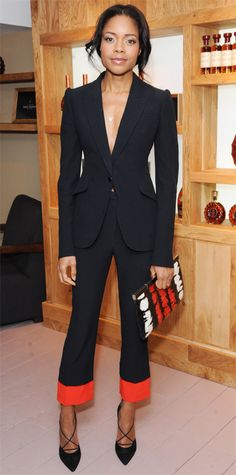 Naomie Harris attends the launch of La Maison Rémy Martin members club in London, England in Alexander McQueen ensemble paired with Bionda Castana 'Alexandra' pumps, Bee Goddess jewelry, and an Alexander McQueen clutch. All Black Fashion, Star Fashion, Fashion Beauty, Classic Fashion, Alexander Mcqueen Shoes, Vogue, Red Clutch, Hollywood, Glamour