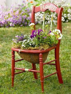 une chaise en bois décorative transformée en pot de fleurs