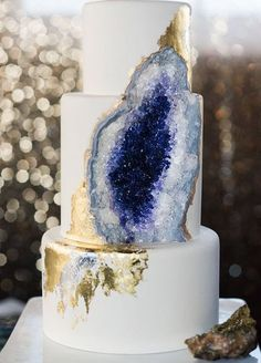 Wedding Food - Geode wedding cakes have become bridal must-haves this season. Move away from traditional wedding cakes and impress your guests with jaw dropping trend! Bolo Geode, Geode Cake, Top Wedding Trends, Chic Wedding, Wedding Day, Wedding Themes, Miami Wedding, Wedding Season, Gold Wedding