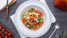 Spaghetti con peperoni rossi, rucola e feta