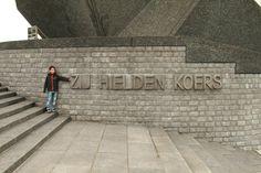 """De Boeg - Leuvehaven/Boompjes - Rotterdam. Een oorlogsmonument dat de 3500 opvarenden herdenkt van Nederlandse koopvaardijschepen die in de Tweede Wereldoorlog het leven verloren.  Aan de zijkant is de tekst: """"Zij hielden koers"""" aangebracht. Foto: G.J. Koppenaal - 2/5/2014"""