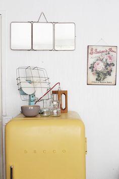 Parisian interior - vintage decor - Et dieu créa Blog - Hëllø Blogzine / www.hello-hello.fr Vintage Colors, Vintage Decor, Vintage Furniture, Kitchen Interior, Interior And Exterior, Interior Design, Vintage Soul, Home Decor Inspiration, Decor Ideas