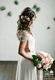 Свадебный венок из летних цветов может стать изящным украшением для тех, кто хочет создать незабываемый свадебный образ.