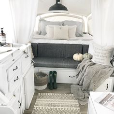 caravan design 646899933957302490 - 28 Lovely RV Camper Remodel Ideas for Fall Design Source by Coleman Pop Up Campers, Best Pop Up Campers, Small Campers, Rv Campers, Camper Trailers, Happy Campers, Travel Trailers, Popup Camper Remodel, Camper Renovation