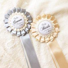 【wedding rosette】 ○木馬サテンリボン:新郎ライトグレー×オフホワイト/新婦ゴールド×オフホワイト ◯Wストレートプリーツ ○新婦パール付き ○足リボンロングタイプ . オーダーいただきありがとうございました 最高の1日になりますように . #rosette #order #wedding #mokuba #Linolea . #ロゼット #ロゼッタ  #オーダーロゼット #ハンドメイド #ウェディングロゼット #新郎新婦ロゼット #プレ花嫁 #花嫁 #ウェディング #木馬リボン  #サテンリボン #リノレア #yukiロゼット