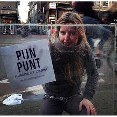 Studenten van de HvA hebben met opvallende 'Pijnpunt'-stickers het zwerfafval in de stad onder de aandacht gebracht.