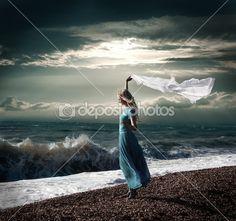 Mulher loira em vestido longo no mar tempestuoso — Imagem de Stock #12071682
