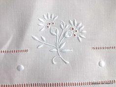 Articles vendus > Linge ancien de table > LINGE ANCIEN / Splendide nappe en fil de lin avec belle broderie blanche faite main - Linge ancien - Passion-de-Blanc - Textiles anciens