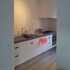 @marloeswonen. DIY keuken: de kastjes zijn van de ikea. De deurtjes hebben we op maat laten zagen en het betonnen blad zelf gegoten.