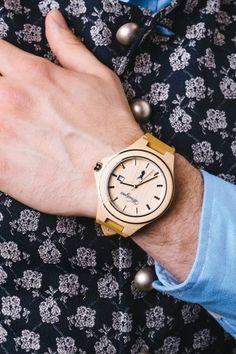 Das Gehäuse und das Zifferblatt der zeitlos eleganten Uhr sind aus naturbelassenem, nachhaltig gewachsenem Holz der Zirbenkiefer gefertigt. Jede Uhr ist aufgrund ihrer individuellen Maserung ein Unikat. Das Holzgehäuse ist mit einem Edelstahlring eingefasst, das Armband aus echtem Leder gefertigt. Das tickende Herz samt Datumsanzeige stammt aus der Schweiz. Ausgeliefert wird die zeitlos schöne Uhr mit Batterie und in einer eigens angefertigten Schatulle aus Fichtenholz. Wood Watch, Watches, Fashion, Accessories, Fashion Styles, Nice Watches, Wall Clocks, Guy Gifts, Wooden Clock