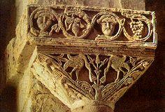 San Pedro de la Nave, capitel con escena de pájaros, encima del capitel vemos la representación de pequeñas caras que podrían ser las representaciones de los Apóstoles. Así como la flor de 8 pétalos que alude a la inmortalidad y el racimo de uvas que remite a la Eucaristía -Tradición Visigoda.