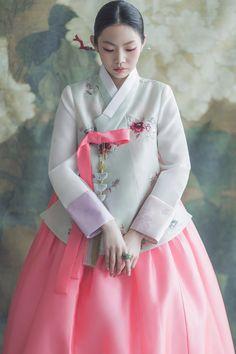 haute couture fashion Archives - Best Fashion Tips Korean Hanbok, Korean Dress, Korean Outfits, Korean Traditional Dress, Traditional Fashion, Traditional Dresses, Oriental Dress, Culture Clothing, Cute Korean